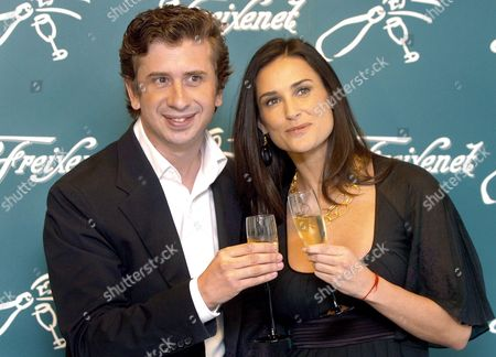 Us Actress Demi Moore (r) and Spanish Actor Gabino Diego Pose Prior to Their Press Conference in Barcelona Cataluna Northeastern Spain Tuesday 11 October 2005 Moore and Diego Are Filming a Tv Spot For Christmas Time of a Well-known Spanish Sparkling Wine Spain Barcelona