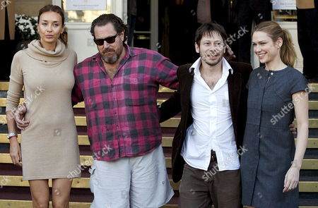 Us Film Director Julian Schnabel (2-l) Poses with Actors (from L-r) Olatz Lopez Garmendia French Actor Mathieu Almaric and Canadian Actress Marie Josee Croze After the Screening of His Film 'Le Scaphandre Et Le Papillon' During the 55th Edition of San Sebastian's International Film Festival in San Sebastian Spain 26 September 2007 the Festival Lasts Until 29 September Spain San Sebastian