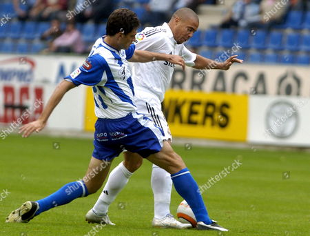 Real Madrid's Brazilian Striker Luis Nazario De Lima 'Ronaldo' (r) Fights For the Ball with Argentinian Defender Mauricio Pellegrino (l) of Alaves During Their Spanish League First Division Soccer Match at 'Mendizorroza' Stadium in Vitoria Northern Spain Sunday 25 September 2005 Spain Vitoria