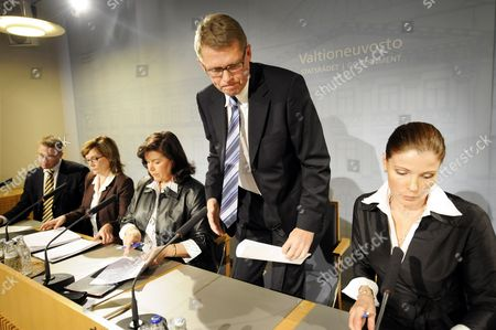 Minister of Culture Stefan Wallin (L), Minister of Health and Social Services Paula Risikko, Finnish Minister of the Interior Anne Holmlund, Prime Minister Matti Vanhanen and Minister of Education Sari Sarkomaa (R) in Finnish Government's press conference