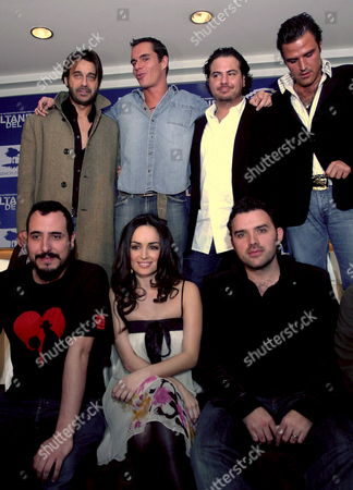 Mexican Actress Ana De La Reguera (c Front) Poses with Members and Crew of the Production Group of the Film 'Sultanes Del Sur' ('south Sultans') During Its Presentation in Mexico City Mexico 18 December 2007 the Film is Produced by Billy Rovzar (r Backrow) Mexico Ciudad De M?xico