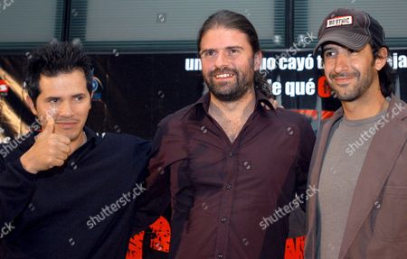 Colombian Born Actor John Leguizamo (l) Director Sebastian Cordero (c) and Actor Jose Maria Yazpik (r) Pose For the Press During the Presentation of the Mexican-ecuadoran Joint Production 'Cronicas' in Mexico City Mexico Tuesday 11 April 2006 the Movie Shot in 2004 is About Journalistic Ethics Poverty Crime and the Way a Murderer Could Be a Victim with the Power of the Media Mexico Mexico City