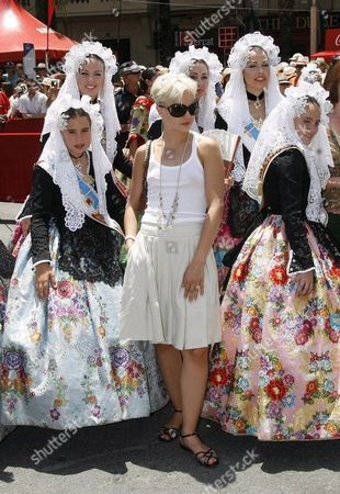 Us Actress Mena Suvari (c) Poses with a Group of Girls and Women Dressed in Regional Costumes During the San Juan (st John) Festival in Alicante Eastern Spain 24 June 2007 Suvari is in Alicante Shooting the Film 'Garden of Eden' Directed by British Film-maker John Irvin Spain Alicante