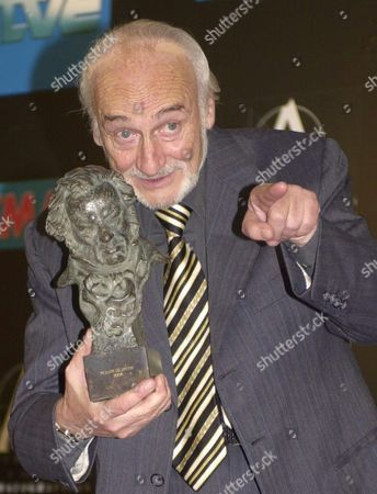 Argentinian Actor Hector Alterio Shows Off His Honour Award For Life-long Achievement During the Spanish Cinema Academy Goya Awards at Madrid's Congress Municipal Palace Saturday 31 January 2003 Epa/paco Torrente Spain Madrid