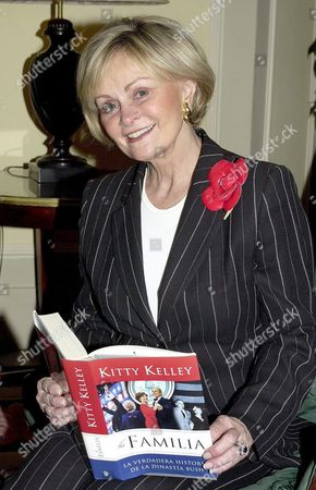 Us Journalist Kitty Kelly Author of Biographies of Frank Sinatra Or Nancy Reagan Holds a Copy of Her Latest Book 'The Family: the Real Story of the Bush Dynasty' During Its Presentation in Madrid Friday 08 October 2004 Spain Madrid