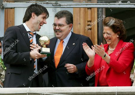 Valencia Cf's Captain David Albelda (l) Jokes with the President of the Soccer Club Juan Soler (c) and Valencia's Mayoress Rita Barbera After Receiving the Trophy of World's Best Club Award 2004 by the International Federation of Football History & Statistics (iffhs) at Valencia's City Hall in Valencia Eastern Spain Sunday 06 March 2005 Spain Valencia