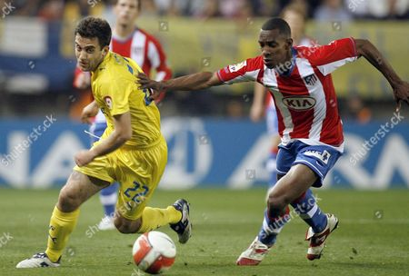 Colombian Defender Fran Perea of Atletico De Madrid (r) Vies For the Ball with Italian Forward Giuseppe Rossi of Villareal (l) During Their Spanish Primera Division Soccer Match Played at Madrigal Stadium in Villareal Castellon Comunidad Valenciana Eastern Spain 29 March 2008 Spain Villarreal