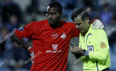 Hapoel Tel Aviv's Nigerian Goalkeeper Vincent Enyeama (l) Speaks with Cypriot Referee Ron Tsiblin During the Group G Uefa Cup Match His Team Played Against Getafe at the 'Alfonso Perez' Stadium in Getafe Near Madrid Central Spain 29 November 2007 Spain Madrid