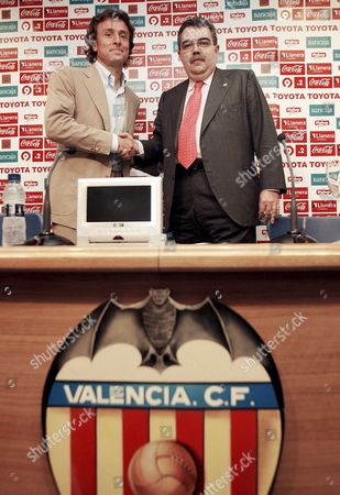 Former Valencia Player Italian Amadeo Carboni (l) Shakes Hands with the Club's President Juan Soler After Signing a Two-year Contract As Valencia's New Sports Director on Friday 19 May 2006 Spain Valencia