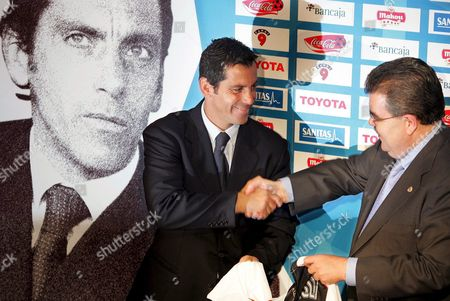 Valencia Cf's Newly Appointed Coach Quique Sanchez Flores (l) Shakes Hands with President of the Club Juan Soler at Mestalla Stadium in Valencia Eastern Spain Wednesday 01 June 2005 Sanchez Flores Arrived in Valencia Fc From Getafe and Has Signed a Contract For Two Years As Long As the Team Reach the Classification For Champions League Spain Valencia