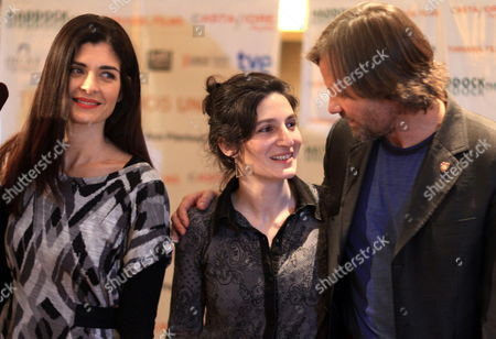U S Actor Viggo Mortensen (r) and Argentinian Actress Soledad Villamil (l) Pose Accompanied by Argentinian Director Ana Piterbarg (c) During a Press Conference to Announce the Beginning of the Shooting of Their Film 'Todos Tenemos Un Plan' (we All Have a Plan) at a Hotel of Buenos Aires Argentina 20 May 2011 Argentina Buenos Aires