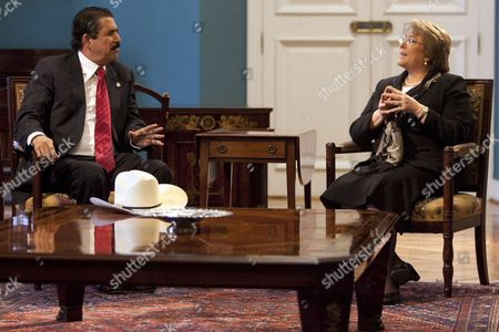 Stock Image of Chilean President Michelle Bachelet (r) Speaks to Her Ousted Honduran Counterpart Manuel Zelaya (l) at La Moneda Palace in Santiago Chile 13 August 2009 After His Arrival to the South American Country Zelaya Urged the Usa to Fight Against the De Facto Government of Roberto Micheletti Chile Santiago