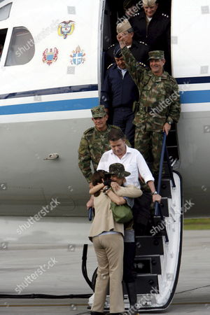 Colombian-french Former Presidencial Candidate Ingrid Betancourt Gets Off Theplane and Kiss Her Mother Yolanda Pulecio After Her Arrival to the Militar Airport of Catam in Bogota Colombia on 02 July 2008 Along with Colombian Minister of Defense Juan Manuel Santos After Being Rescued by the Colombian Army in the Jungle of the Eastern Department of Guaviare After a Long Hostage by the Farc Guerrilla with Betancourt Also was Rescued the Three Us Citizens and Other 11 Colombian Military Troops Colombia Tolemaida