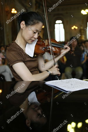 Stock Photo of The Master Violinist and United Nations Messenger of Peace Midori Goto Plays During a Class She Gave to Students of the National Institute of Music of Costa Rica at the National Theater of San Jose Costa Rica 26 June 2009 It is the First Time That the Japanese Artist Based in Eeuu Visits Latin America Costa Rica San Jose