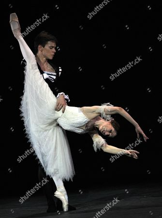 Australian Ballet Dancer Leanne Benjamin (r) and Cuban Yoel Carre±o Perform 'Giselle' During a Tribute Show by the London's Royal Ballet Performed in Honor of the Director of the National Ballet of Cuba Alicia Alonso (not Pictured) in Havana Cuba 15 July 2009 Cuba Havana