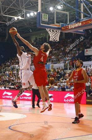 Spain's Jos? Pau Gasol (c) Tries to Block a Shot by France's Ronny Turiaf (l) in Presence of Spain's Marc Gasol (r) During Their Friendly Basketball Match Played at the Juegos Mediterraneos Palace in Almeria Southern Spain on 09 August 2011 Spain Almeria