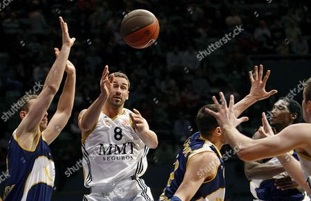 Real Madrid's Serbian Point Forward Marko Jaric (2l) Tries to Throw the Ball Among Several Ewe Baskets Oldenburg Players During Their Euroleague Basket Match Played at Palacio Vistalegre in Madrid Spain 6 January 2010 Spain Madrid