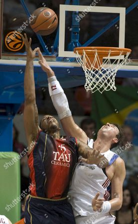 Lottomatica Roma's Slovenian Primoz Brezec (r) Fights For the Rebound with Tau Ceramica's Us Will Mcdonald (l) During Their Group C Euroleague Basketball Match Played at the Fernando Buesa Arena in Vitoria Northern Spain 12 November 2008 Spain Vitoria