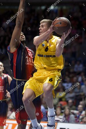 Will Mcdonald of Tau Vitoria (l) Vies For the Ball Withsteffen Hamman (r) of Alba Berlin During Their Euroleague Basketball Match in Vitoria Basque Country Northern Spain 05 November 2008 Spain Vitoria