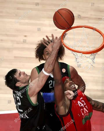 Montepaschi Siena?s Us Shaun Stonerook (back) and Lithuanian Ksistof Lavrinovic (l) Fight For the Ball with Tau Vitoria?s Us Will Mcdonald (r) During Their Match For the Third Place at the Euroleague Final Four Played at the Palacio De Los Deportes Pavillion in Madrid 04 May 2008 Spain Madrid