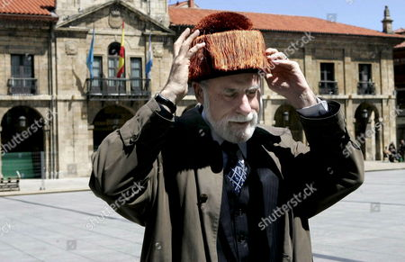 Us Computer Scientist and 'Father of the Internet' Vinton Cerf Puts on a Mortarboard After He Arrived to Aviles in Asturias Region Northern Spain 25 April 2009 Cerf who Received the Asturias Prince Award For Scientific and Technical Research in 2002 is in Aviles to Visit the Construction Site of the Niemeyer Centre in Which He is an Adviser Spain Aviles