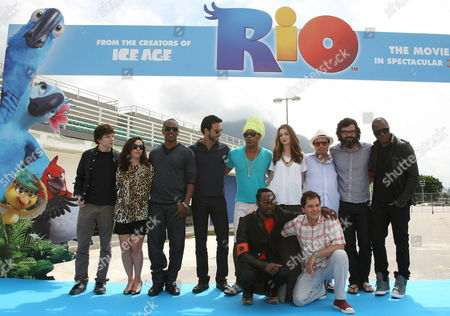 From (l-r) Jesse Eisenberg Bebel Gilberto Jamie Foxx Rodrigo Santoro Carlinhos Brown Anne Hathaway Sergio Mendes Jemaine Clement Taio Cruz (below) William and Film Director Carlos Saldanha Pose For a Photograph During a Presentation of the Film 'Rio' to the Media in Rio De Janeiro Brazil 22 March 2011 the Movie Directed by Brazilian Carlos Saldanha Will Be Released on Brazilian Theatres on 08 April 2011 Brazil Rio De Janeiro