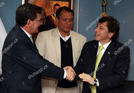 Ecuadorean Minister of Natural Non Renewable Sources Wilson Pastor (l) Ecuadorean Minister Coordinator of Strategic Sectors Jorge Glass (c) and Chilean Minister of Mining Laurence Golborne (r) Participate in a Ceremony of Signing of Agreements For Exploration and Explotation of Hydrocarbons in Fields Mauro Davalos Cordero (mdc) and Paraiso Guachito and Intracampos in Quito Ecuador 23 November 2010 Ecuador Quito