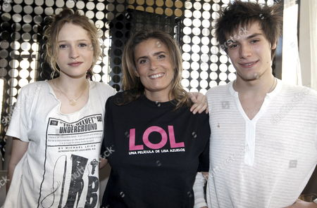 French Film Director Actress and Writer Lisa Azuelos (c) Poses with the Actors Playing the Main Characters of Her Film 'Lol (laughing out Loud)' Christa Theret (l) and Jeremy Kapone During the Presentation of the Film in Madrid Spain 27 June 2009 Spain Madrid