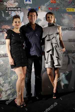 Actresses and Cast Members Spaniard Elena Anaya (l) and Russian Natasha Yarovenko (r) and Spanish Director Julio Medem (c) Pose For Photographers As They Present the Film 'Room in Rome' in Madrid Spain 04 May 2010 the Actresses Play Women who Experience a Torrid and Explicit Lesbian Love Affair in a Room at a Hotel in Rome the Film Opens in Spain on 07 May 2010 Spain Madrid