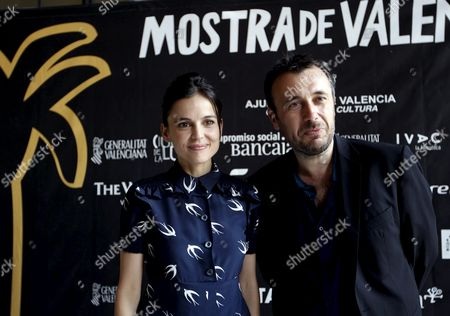 Spanish Actress Elena Anaya and French Film Director Fred Cavaye (r) Pose For Photographers As They Present Their Film 'A Bout Portant' (point Blank) As Part of the 32nd Edition of the 'La Mostra Valencia' International Film Festival in Valencia Eastern Spain 07 April 2011 the Festival Runs From 07 Until 14 April 2011 Spain Valencia