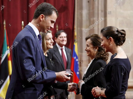 Colombian Former Presidential Candidate Ingrid Betancourt (r) Receives a Commemorative Badge From Spanish Crown Prince Felipe (l) As Spanish Princess Letizia Ortiz (2-l) Greets Betancourt?s Mother Yolanda Pulecio (2r) During an Official Reception For Those Awarded with the 2008 Prince of Asturias Awards Oviedo Spain 24 October 2008 Spanish Crown Prince Felipe Will Present the Awards on 24 October in a Ceremony That Will Be Celebrated in the Campoamor Theatre of Oviedo Spain Oviedo