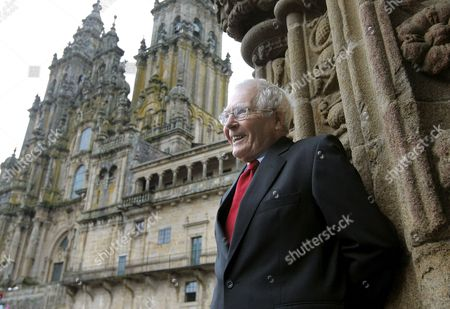Stock Image of British Scientist and Writer James Lovelock Poses at Obradoiro Square in Santiago De Compostela Spain 06 October 2009 Lovelock Will Be Awarded the 2009 Fonseca Prize For Popular Science by the Santiago De Compostela University Later the Same Evening Spain Santiago De Compostela