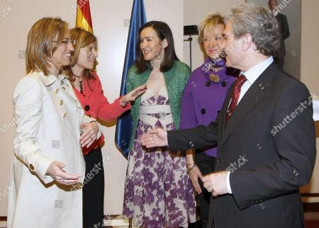 New Spanish Minister of Culture Angeles Gonzalez-sinde (c) Chats with Minister of Equality Bibiana Aido (2-l) While Minister of Defence Carmen Chacon (l) Former Minister of Culture Cesar Antonio Molina (r) and First Deputy Prime Minister Maria Teresa Fernandez De La Vega (2-r) Look on After the Ceremony During Which Gonzalez-sinde Took Up Her Post in Madrid Spain 08 April 2009 Spanish Prime Minister Jose Luis Rodriguez Zapatero Reshuffled 07 April 2009 His Cabinet and Replaced Several of His Ministers Spain Madrid