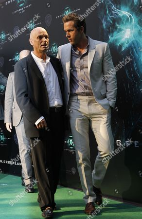 Us Actor and Cast Member Peter Sarsgaard (l) Talks with Canadian Actor Cast Member Ryan Reynolds (r) As They Arrive For the Premiere of the Film 'Green Lantern' in Madrid Spain 21 July 2011 the Movie by New Zealander Martin Campbell Comes out in Spain on 29 July 2011 Spain Madrid