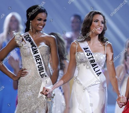 Stock Image of Candidates From Dominican Republic Ada Aimee De La Cruz (l) and Rachel Finch (r) From Australia Wait For the Decision of the Jury During the Coronation Night of the Miss Universe Contest at the Hotel Complex Atlantis in Paradise Island Nassau Bahamas 23 August 2009 Bahamas Nassau