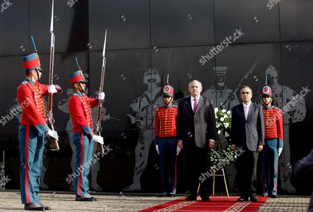 Stock Image of Brazilian Defence Minister Nelson Jobim (l) and His Colombian Counterpart Rodrigo Rivera (r) Attend a Wreath Laying Ceremony at the Colombian Fallen Soldiers Memorial in Bogota Colombia 24 June 2011 Jobim Had a Meeting with His Colombian Counterpart Rodrigo Rivera in Which They Studied Bilateral Defence Issues Colombia Bogota
