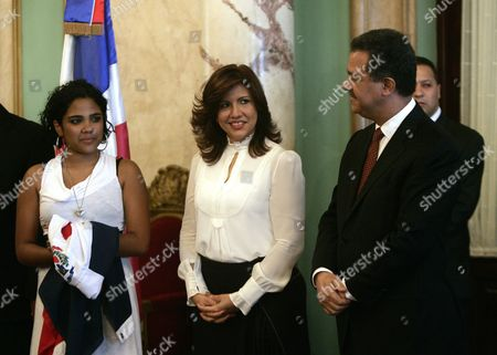 Dominican Singer Martha Heredia (l) Winner of the Latin American Idol 2009 Contest in Buenos Aires Argentina Poses For Photographs with Dominican President Leonel Fernandez (r) and His Wife First Lady Margarita Cedeno De Fernandez (c) at the National Palace in Santo Domingo Dominican Republic 14 December 2009 Dominican Republic Santo Domingo