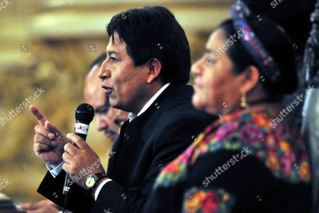 Bolivian Chancellor David Choquehuanca (c) Speaks Next to Guatemalan Indigenous Leader Rigoberta Mench· (r) (nobel Price in 1992) and Officials of the Agricultural and Foreign Relations Ministery in Guatemala City Guatemala 09 July 2009 Choquehuanca Started a Two Days Official Visit in the Central American Country and Will Share His Country's Experiences in the Strengnthen of the Indigenous People Population Guatemala Guatemala City