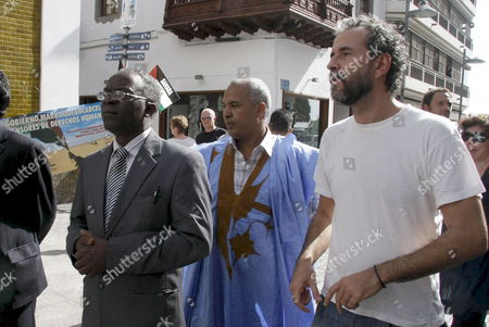 African Lawyers' Association Secretary General Femi Falana (l) Saharan Collective of Lanzarote Member Hamudi Iselmo (c) and Spanish Actor Guillermo Toledo (r) Take Part in a Demonstration to Support Saharan Activist of Human Rights Aminetu Haidar who Carries out a Hunger Strike at Lanzarote's Airport to Protest For Her Expulsion on 14 November From Her Place of Origin -el Aaiun in the Western Sahara- in Lanzarote Canary Island Spain 21 November 2009 Haidar was Summoned to a Lanzarote's Court on 18 November For Supposedly 'Breaching of the Peace' of the Airport Spain Lanzarote
