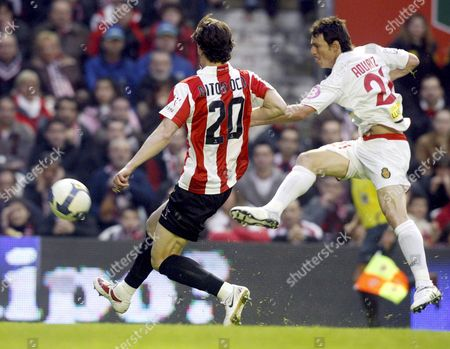 Rcd Mallorca's Striker Aduriz (r) Shoots the Ball Next to Athletic Bilbao's Defender Aitor Ocio During Their Spanish Primera Division Soccer Match at the San Mames Stadium in Bilbao Nothern Spain on 04 April 2009 Spain Bilbao