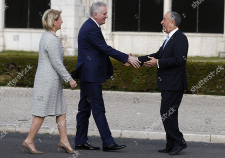 Serbia's President Tomislav Nikolic (C) and his wife Dragica Nikolic (L) are greeted by Portuguese President Marcelo Rebelo de Sousa (R) during a welcome ceremony at the Jeronimos Monastery in Lisbon, Portugal, 25 January 2017. Nikolic is on an official visit to Portugal.