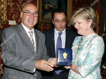 Hungarian National Assembly Speaker Katalin Szili (r) Receives the Spanish Upper Chamber of Spanish Parliament's Golden Medal by Spanish Upper Chamber of Spanish Parliament Speaker Javier Rojo (l) During Szili's Visit N Madrid Spain on 19 June 2009 Szili Belgian Senate Speaker Armand De Decker and Belgian Chamber of Representatives Speaker Patrick Dewael Are to Meet with Spanish Lower House of Spanish Parliament Jose Bono and Javier Rojo in Madrid to Negotiate Their Cooperation During the Future Joint Eu Presidency of Belgium Hungary and Spain Spain Madrid