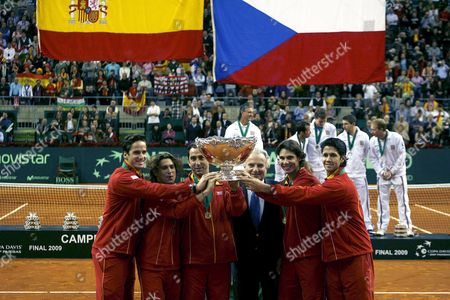 (l-r) Spain's Tennis Players Feliciano Lopez David Ferrer Albert Costa (coach) Rafael Nadal and Fernando Verdasco Fernando Verdasco Hold the Trophy with Itf President Francesco Ricci Bitti (3r) After Winning the Fouth Match Against Czech Republic and Winning the Davis Cup at Palau Sant Jordi in Barcelona Catalonia Northeastern Spain 06 December 2009 Spain Barcelona
