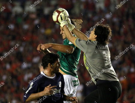 Independiente's Goalkeeper Hilario Navarro (r) Vies by the Ball with Goias' Rafael Moura (c) During Their South American Cup Final Soccer Match at the Libertadores De America Stadium in Avellaneda Argentina 08 December 2010 Argentina Avellaneda