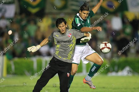 Goias' Rafael Moura (r) Vies by the Ball with Independiente's Goalkeeper Hilario Navarro (l) During Their South American Cup First Leg Final Match Against Independiente at Serra Dourada Stadium in Goiania Brazil 01 November 2010 Brazil Goiania