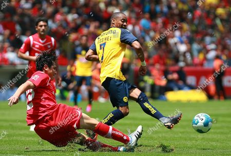 Deportivo Toluca's Antonio Rios (l) Vies For the Ball with Cf America's Adolfo Rosinei (r) During Their Mexican Apertura Tournament Soccer Match at the Nemesio Diez Stadium in Toluca Mexico 31 July 2011 Mexico Toluca