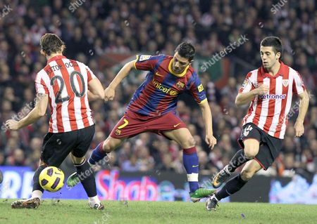 Fc Barcelona's Striker David Villa (c) Vies with Defenders Aitor Ocio (l) and Ustaritz of Athletic Club During Their Spanish King's Cup Quarterfinals Return Match at San Mames Stadium in Bilbao Spain 05 January 2010 Spain Bilbao