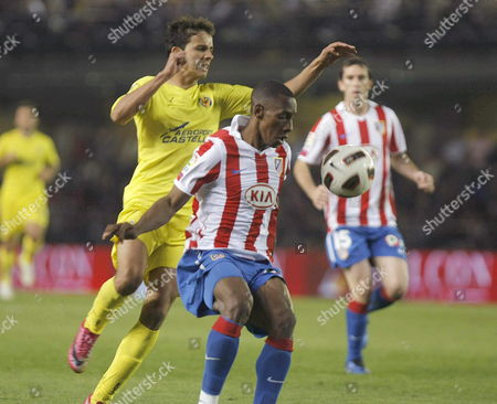 Villarreal's Brazilian Player Nilmar (l) Vies For the Ball with Colombian Player Fran Perea of Atletico Madrid During Their Spanish Primera Division Soccer Match Played at El Madrigal Stadium in Villrreal Castellon Eastern Spain 24 October 2010 Spain Villareal