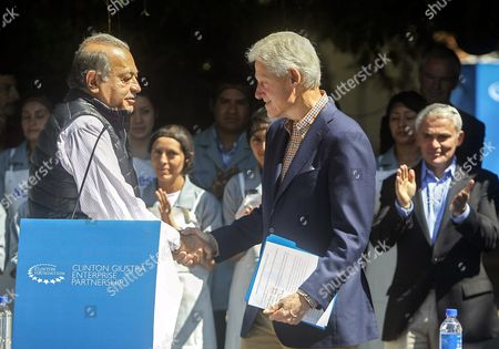 Former Us President Bill Clinton (c) Shakes Hands with Mexican Tycoon Carlos Slim (l) During an Event on Supporting Programs For Small Salvadoran Producers and Farmers by the Clinton Giustra Enterprise Partnership (cgep) Initiative in San Salvador El Salvador 09 November 2015 Clinton and Canadian Philanthropist Frank Giustra Pledged to Continue Supporting the Close to 300 Producers' Benefiting After Checking with 'Satisfaction and Surprise' the 'Progress' They Have Achieved and the 'Use of Resources' Provided El Salvador San Salvador