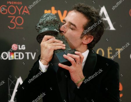 Spanish Director Daniel Guzman Kisses His Goya Award in the Category 'Best New Director' For His Film 'A Cambio De Nada' (nothing in Return) During the 30th Goya Awards Ceremony Held at Madrid Marriott Auditorium Hotel in Madrid Spain 06 February 2016 the Goya Awards Are Handed out by Spanish Film Academy Spain Madrid